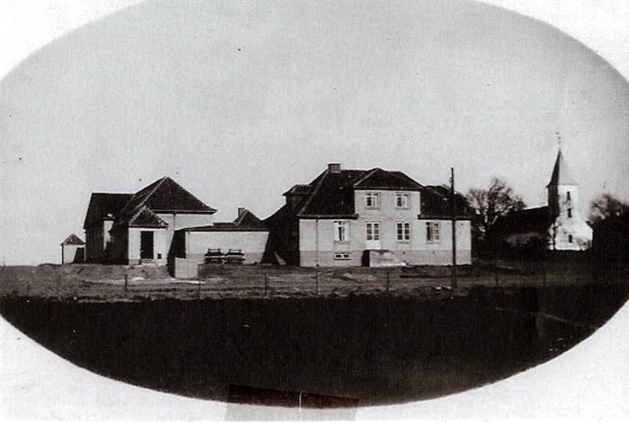 Temmeli g alene ligger den nybyggede Beder-Seldrup Skole ved siden af Beder Kirke. Skolen blev bygget i 1929-30, samtidig med at præstegårdens jorder blev udstykket til husmandsbrug. Skolen blev nedlagt ca. 1970, da den nye skole blev taget i brug. Nu er der indrettet bibliotek, legestue og fritidsklub i bygningerne.