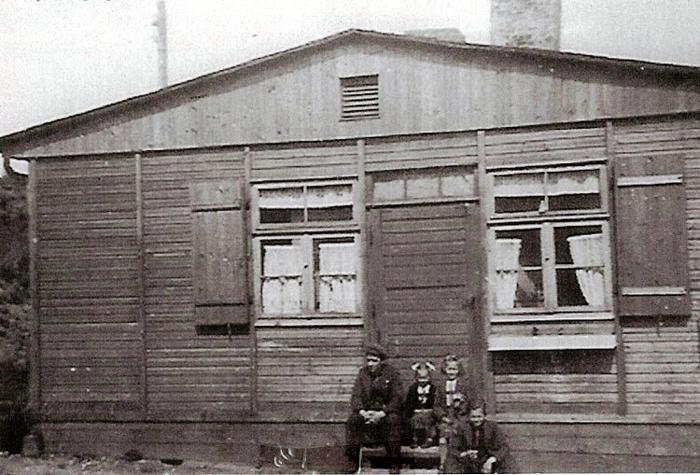 Denne barak på Malling Bjergevej blev under 2. Verdenskrig benyttet af den tyske hær. Ved siden af huset havde de en lyttepost, så de kunne følge med i, hvad der skete i luftrummet omkring dem. I maj 1945 forlod de stedet, og så tog gårdejer Niels Pedersen i Ajstrup sine børn med dertil. Fra V. er det Niels Pedersen, døtrene Karen og Inga og forrest sønnen Asger.
