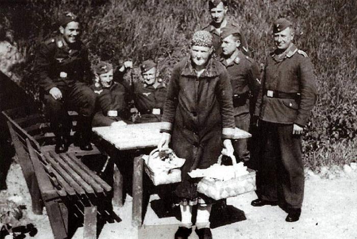 """Katrine Nielsen, eller """"Åle-Katrine"""", som hun blev kaldt på Malling-egnen, fik sidste år sin egen .mindeplads på Ajstrupvej i Malling. I forbindelse med den nyanlagte cykelsti er der anlagt en rasteplads kaldet """"Åle-Katrines Hul"""". Her holdt Katrine hvil, når hun var på sin daglige tur fra Norsminde med to kurve med fisk, som hun solgte rundt på egnen. Hun boede i en jernbanevogn i Neder Fløjstrup."""