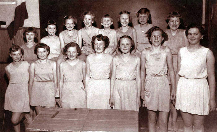 Gymnastikhold fra Beder og Omegns Ungdomskreds 1952-53. Øverst fra venstre: Signe Nielsen, Beder, Inger Marie Nygård, Langballe, Elly Petersen, Langballe, Tove Jensen, Beder, Hanne Clausen, Beder, Bodil Klougart, Beder, Inger Pedersen, Fulden, Hanne Jensen, Fløjstrup. Foran fra venstre: Ellen Therkildsen, Fløjstrup, Kirsten Jensen, Beder, Birgit J ensen, Beder, Lissie Mogensen, Fulden, Ester Kjær Hansen, Fulden, Kirsten Juul Nielsen, Fulden, Lene Fogh Rasmussen, Fulden.
