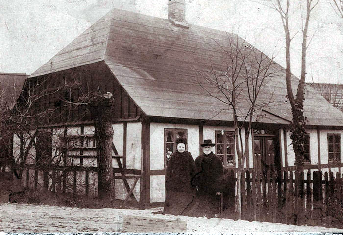 """I det lille bindingsværkshus på Bredgade 57 startede den første brugsforening i 1874 i en stue hos Christian Jensen """"Malling Christian"""", som den første uddeler blev kaldt. Det fortælles, at når han vejede svesker af, og der var lidt til overs, bed han svesken over, så vægten passede!"""