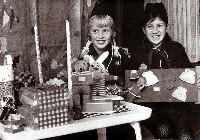 Spejderne holder Julestue på Malling skole i 1971. På billedet ses  Helle Zacher Nielsen  og Vivi Svarre Nielsen.