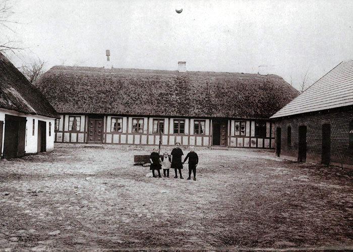 Henriettegården, Nymarksvej 145, ca. 1914. Fra venstre: Edith, Adler, Alma og Henry, børn af Kirstine og Marius Rasmussen.