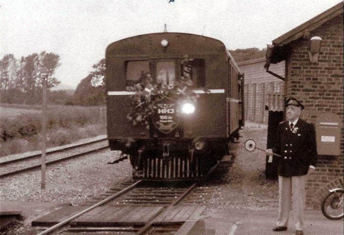 Motorvognen kom til jernbanen i 1932.' Her fotograferet ved HHJs 100 års jubilæum på Beder Station. Tidligere stationsmester ved Beder Station Thorvald M. Warnich Jensen født i 1900 står i sin uniform ved siden af toget. Warnich er i Beder fra 1934 til 1939, han bliver flyttet til flere andre stationer og ender som stationsforstander i Hou. Titlen på lederen af stationen og dermed lønnen afhænger af stationens størrelse og betydning. I Malling er der 1 stationsforvalter og 7 stationsforstandere, i Beder 1 stationsekspedient, 1 stationsforvalter, 2 stationsmestre og endelig 4 ekspeditricer mellem 1884 og 1989.
