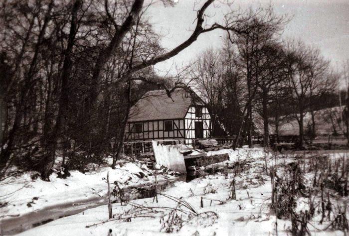 Et vinterbillede fra Skovmøllen ved Moesgård. Efter en travetur i skoven er Skovmøllen et yndet traktørsted, og på bestemte dage males her kom som i gamle dage.