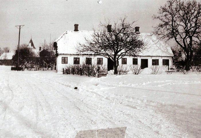Vinterbillede fra 1931. Huset lå på Østergårdsvej over for Malling Dampmølle og var oprindelig stuehus til Malthe Rasmussens gård på Øvlevej.