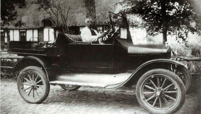 Købmand Rasmus Kristian Rasmussen med sin Ford ved Skovmøllen i 1929, dvs samtidig med første afsnit af Matador!