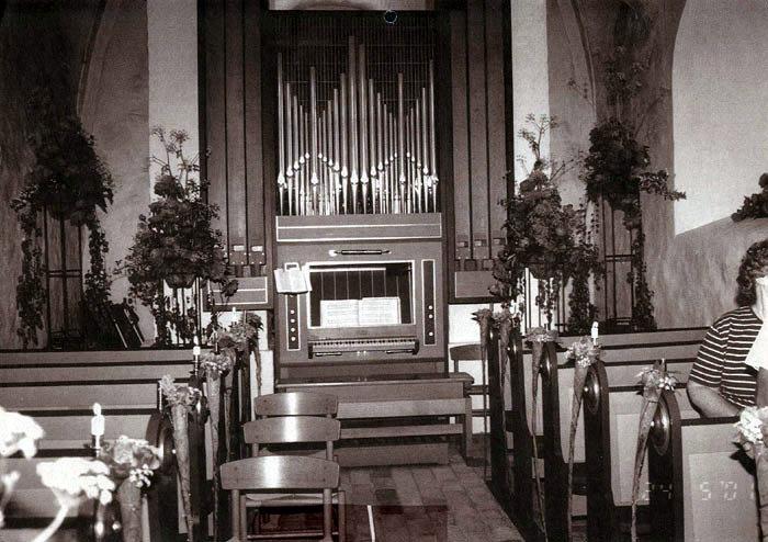 Elever fra Gartnerskolen, DJC, har i mange år til Kristi Himmelfartsdag pyntet Beder Kirke. Billedet er fra år 2000.
