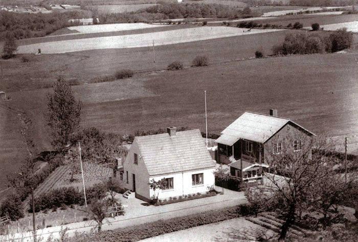 Kirkebakken 9 og 11, I955. Det meste af det åbne areal er nu bebygget med Beder Skole og med villaer i Skoleparken.