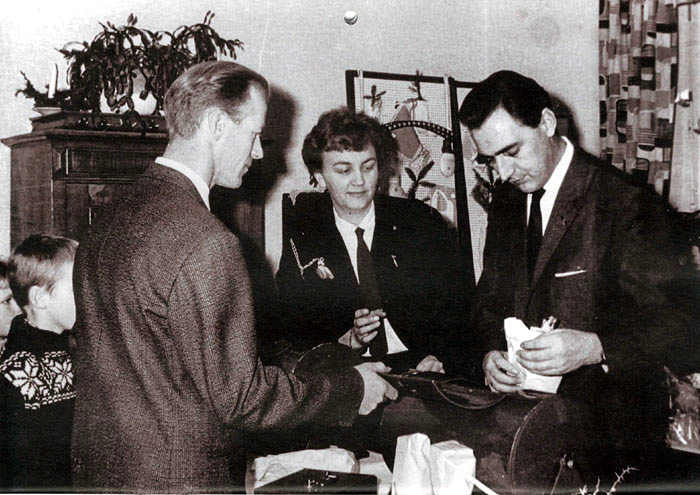 Julestue på De gamles Hjem, Starupvej 9, i 1965. Fra venstre: Rasmus Kristensen, Krekærgården, Else Marie Friis og Erling Kristensen (senere Kåberbøl).