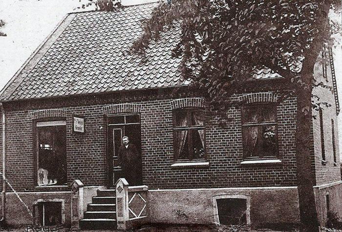 Skrædder Peder S. Nielsen ses i døren på Beder Landevej 62 ca. 1935. Skrædderværkstedet var i kælderen, mens der var manufakturhandel ovenpå med systue. Det var en stor forretning med mange ansatte, folk kom helt fra Århus for at få syet tøj. Huset anvendes nu til privat beboelse.