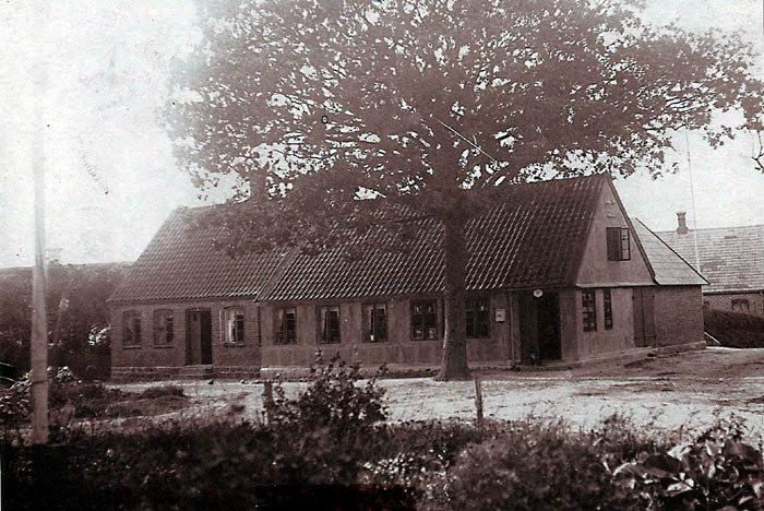 Fulden Købmandshandel lå på Fuldenvej 27 fra 1904. Bygningen anvendes nu til privat beboelse. Købmandsforretningen blev drevet af den samme familie frem til lukningen i 1973. Først købmand Rasmus Kristian Rasmussen til 1940, så sønnen Kristian Fogh og sidst datteren Lene Fogh Tanderø.