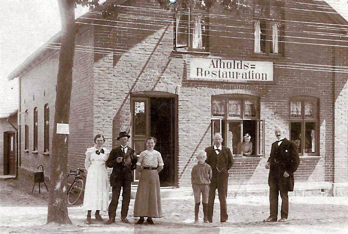 """Afholdsrestauranten på Bredgade 49, Malling, bliver taget i brug marts 1899. Bygherren er logen """"Good templar"""", som i 1897 opretter to afdelinger i Malling, """"Mallings håb"""" og """"Kvindens fred"""". Der er afholdshotel til 1919 først under navnet """"Malling Landbohotel"""" senere under navnet """"Malling Turisthotel"""". I 1943 omdannes hotellet til biograf._ Malling Bio fungerer stadig i bedste velgående. Billedet er dateret 1895 - 1905, personerne på billedet er ukendte."""