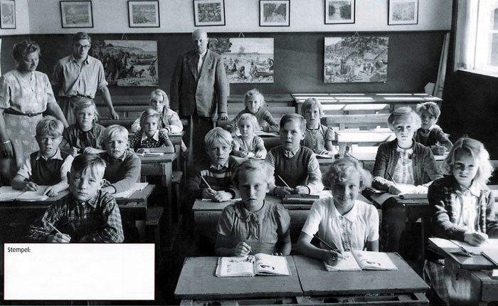 Skolebillede fra Beder-Seldrup Skole på Kirkebakken i 1950, hvor man går to klasser sammen. Her ses 2. og 3. klasse sammen med klasselærerinde Thyra Clausen, hjælpelærer Niels 0vesen, som senere bliver læge, og førstelærerjens Kirk Dalgaard.