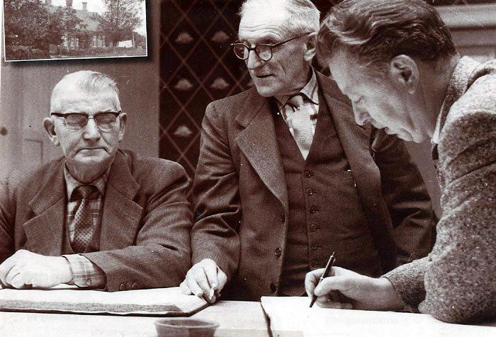 Beder-Malling Sparekasse lå fra 1971 på Kristiansgårdsvej i den bygning, der nu hedder 3-5. Bygningen er tidligst omtalt i 1859 og var da privatskole. Billedet er taget i 1961, da det nye ekspeditionslokale tages i brug. Sparekassen blev overtaget af Landbosparekassen i 1964 og flyttede til Beder Torv, da det åbnede 1968/69. Fra venstre ses Harry Nielsen, Ajstrup, direktør Søren Jacobsen, Fløjstrup og yderst kassereren Ejnar Møller, Beder. Indsat billede viser Beder privatskole i 1911