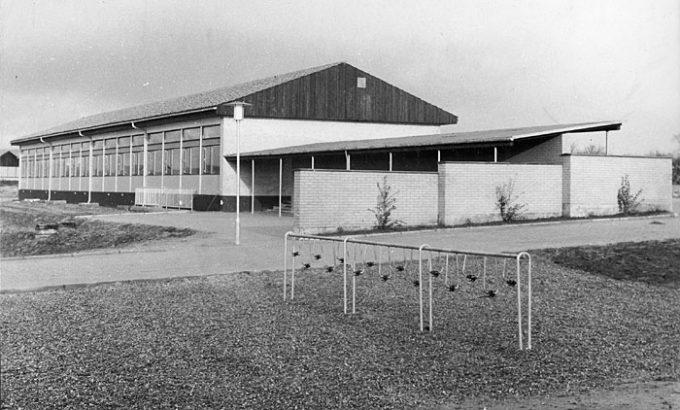 Beder Skole 1970. Cykelstativ i forgrunden