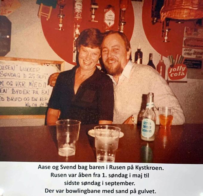Aase og Svend bag baren i Rusen på Kystkroen