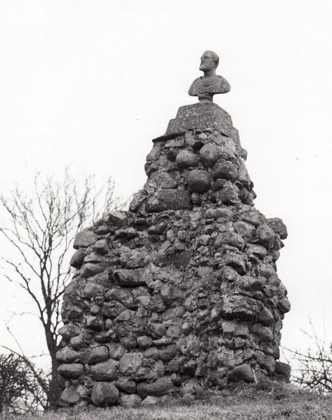 Ruin af Kysing Kirke, som lå nogle stenkast fra kroen.  Hans Sørensen Alrøe fik rejst en mindebuste over Frederik VII— på toppen af kirkeruinen.