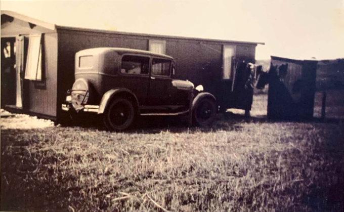 Bil parkeret ved huset. Vasketøj på snoren