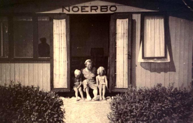 Kvinde og 2 børn ved indgangen til Noerbo