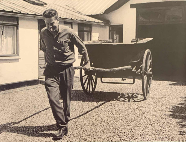 Elvin Hansen trækker en tohjulet hestevogn i gården til Bredgade 45 i 1965.  Han var glad for gamle køretøjer. Han var medlem af sognerådet, kørelærer, ejer af lillebil (taxa) og senere cafeteriaejer