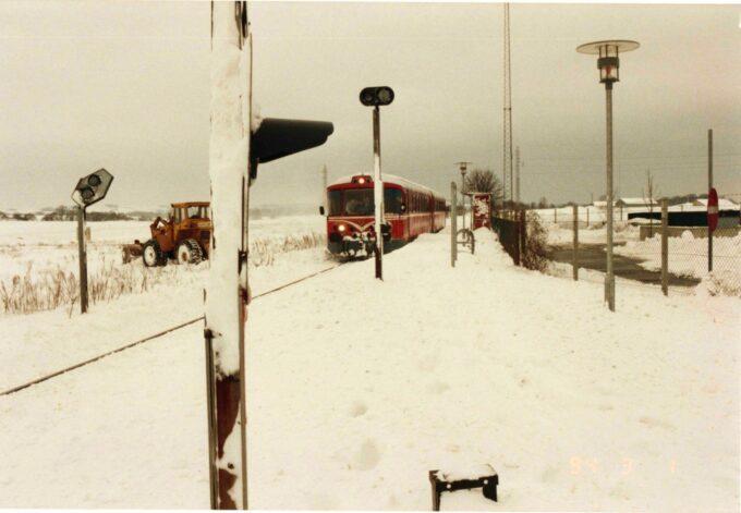 """Lokaltoget """"Lynetten"""" holder ved snefyldt stoppested i Egelund i 1994"""
