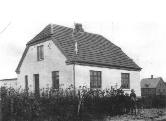 Søndermarksvej no. 5 ca. 1930. Lilly Holm Hartvig, Børge Leth & vores hund