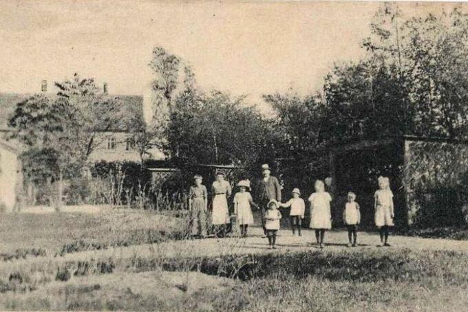 Ca. 1910. Kroejer Niels P. Petersen med familie. Postkort