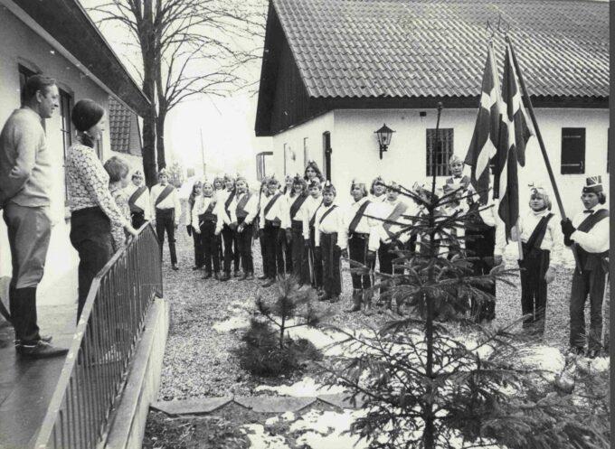 Foto 1973 udenfor Kjeldbjerggård i Ajstrup. Soldaterne synger for familien Nielsen