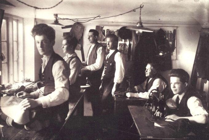 Skrædder Nielsen Beder. Fra venstre nummer 1 Arne Poulsen, nummer 4 Frank Nielsen og nummer 5 S P S Nielsen. Fotograf ukendt