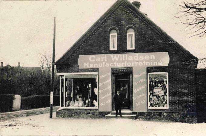 1926, Carl Willadsen foran sin nyåbnede forretning på Stationspladsen. Foto venligst udlånt af Gert Kirkemann. Fotograf ukendt.