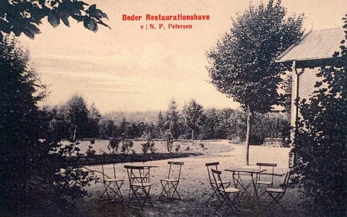 Beder Krohave med borde og stole. Cirka 1915