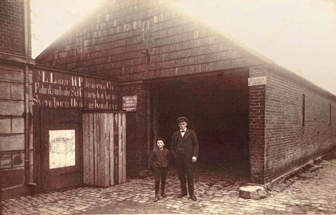 Rejsestalden ved Beder Kro ca. 1915. Befordring udlejes. Der er reklame for Svendborg ovne og komfurer. Drengen er nok Ejnar Pedersen, søn af kromanden. Hvem herren til højre er vides ikke. Til venstre inde i stalden var bissekammeret. Der kunne man overnatte for 50 øre pr. nat.  Det var pålagt Kgl. Privilegerede kroer at have dette rum