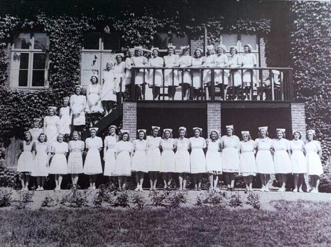 Der blev holdt 3 måneders og 5 måneders kurser. Pigerne er fotograferet på havesiden af hovedbygningen.