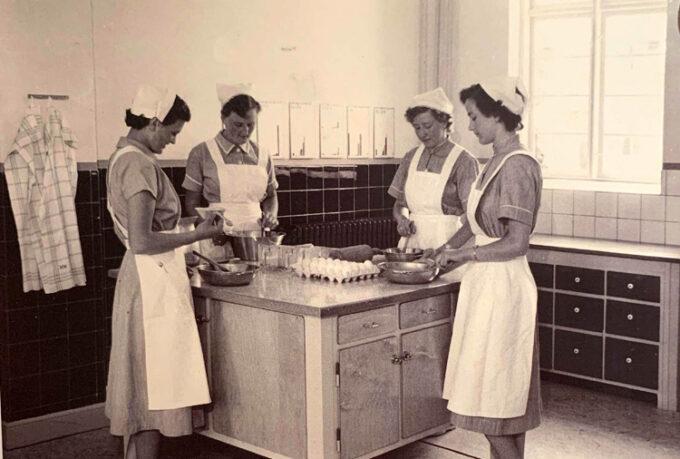 Fire elever i husholdningsskolens bageri