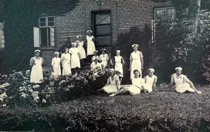 Husholdningseleverne 1940 fotograferet udenfor husholdningsskolen
