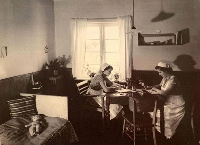 2 elever læser lektier på værelset