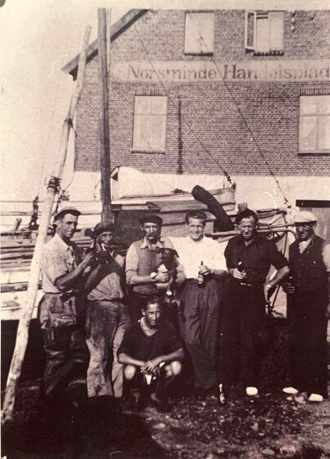 7 fiskere på havnen i Norsminde