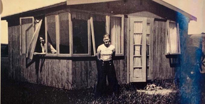 Mand og kvinde ved sommerhus