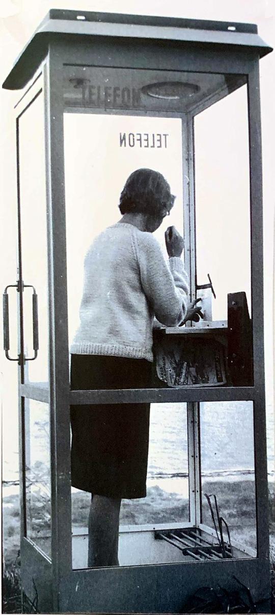 Som på ethvert gadehjørne var der også ved Ajstrup Strand en telefonboks. Fotograf: Ib Hansen. Foto 1962