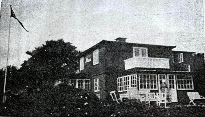 Billede af villaen med en person på terrassen